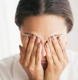 почему припухлость под правым глазом